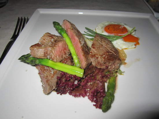 Ai Mercanti : Beef steak w/green & white asparagus, fried egg