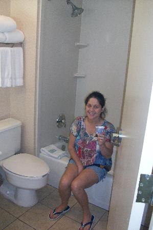 Holiday Inn Express - Medical Center Midtown: Me sittin' on the cool tub in the 100 degree Memphis weather drinking wine out of a cup!