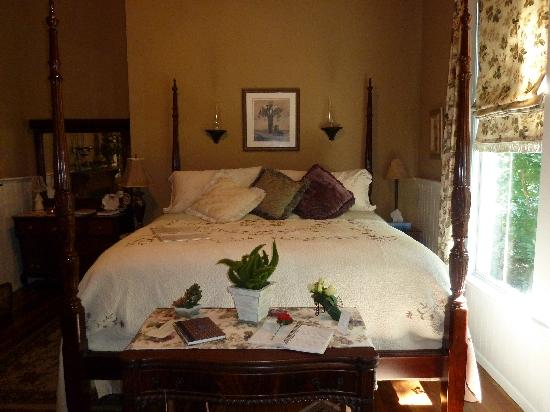 Sweet Gum Bottom Bed and Breakfast: The bed in the Laura Leigh Suite is very comfortable
