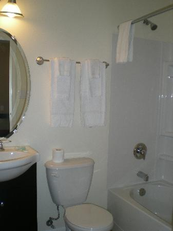 Squamish Budget Inn: Superior Bathrooms