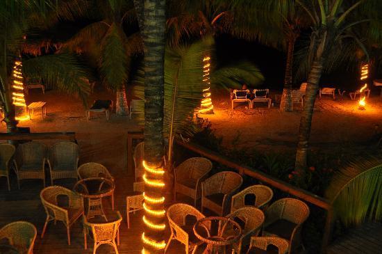 Fantasy Island Beach Resort: Il bar sulla spiaggia, versione serale