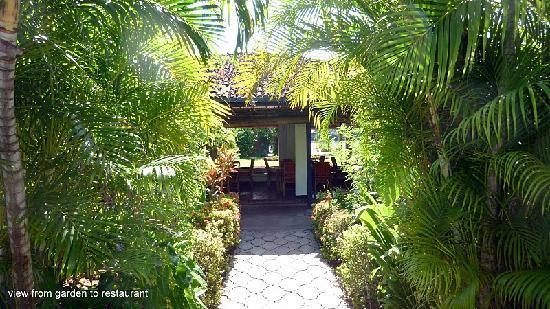 Sri Budhasa Ayurveda Resort: Sicht aus Garten auf Restaurant