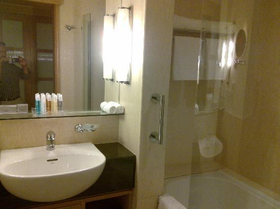 Novotel Hyderabad Airport : Novotel - shower