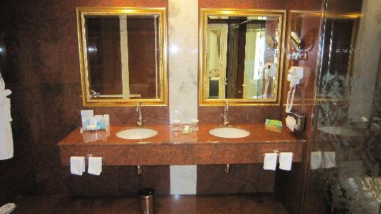 Hilton Sibiu: En-suite bathroom