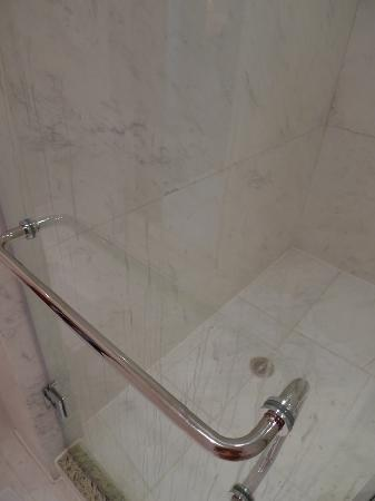 AG New World Manila Bay Hotel: dirty shower stall door in the new room