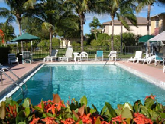 Hideaway Waterfront Resort & Hotel: Secluded Pool Area