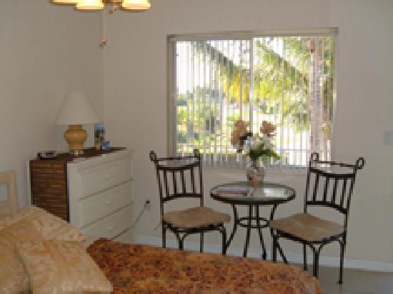 Hideaway Waterfront Resort & Hotel: Kitchenettes, Beautiful Room & Suite Views