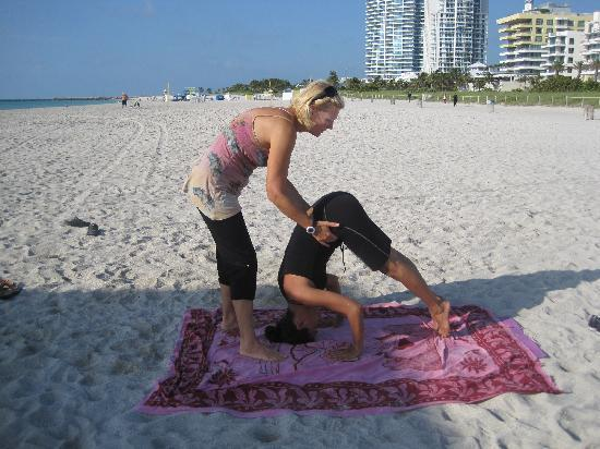 Beach Yoga @ 3rd Street: prep for a trip-pod headstand