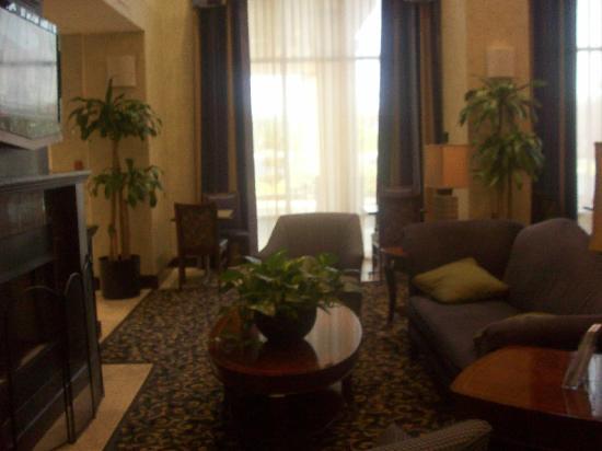 Hampton Inn & Suites Savannah - I-95 S - Gateway: TV area between breakfast area and lobby