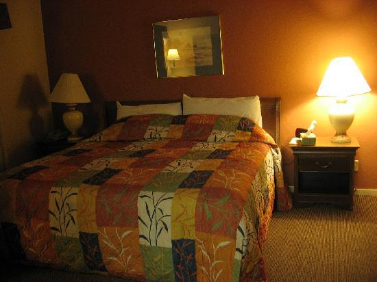 Best Western The Inn & Suites Pacific Grove : King sized bed