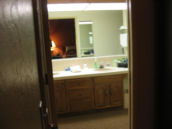 BEST WESTERN The Inn & Suites Pacific Grove: two-sink bathroom