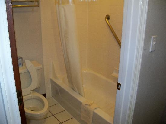 GuestHouse Inn Fort Smith: Small but clean
