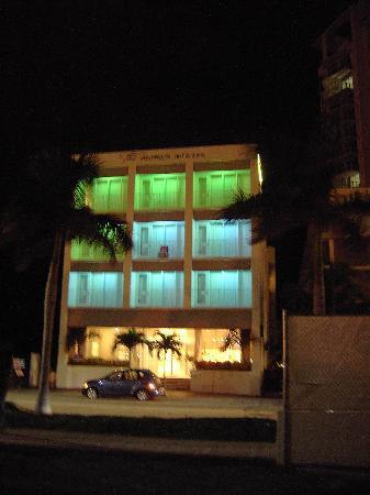 The Mimosa Hotel: Hotel bei Nacht von Außen.