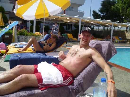 Türkler, ตุรกี: enjoying the sun and pool