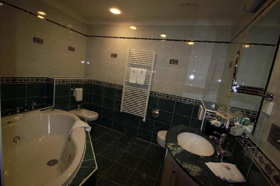 Golden Well Hotel: Badezimmer von Zimmer 16