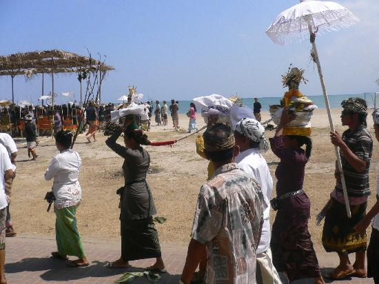 Tuban, Indonesia: Processions on the Kuta beach in front of the hotel