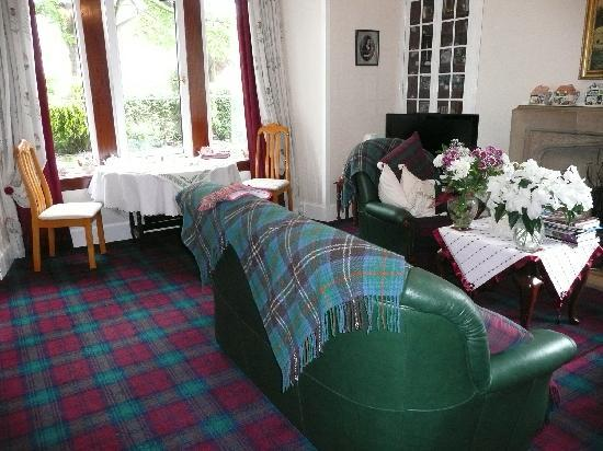 Melness B&B Guest House : Breakfast area (2 tables for 2 rooms)