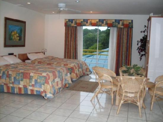 Trade Winds Hotel : Bed and sitting area