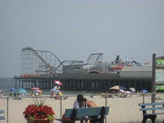 Sunburst Motels I & II: The 1st pier with rides