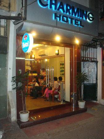 Hanoi Charming Hotel: The front entrance
