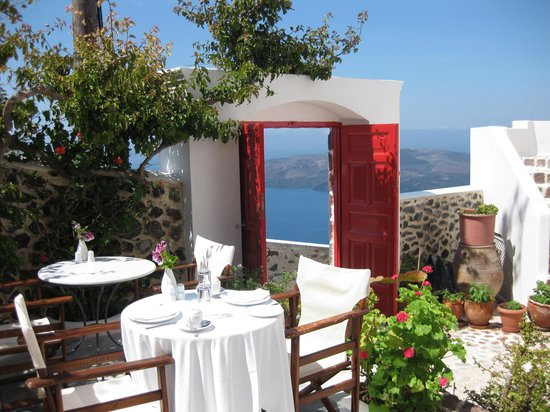 Ξενοδοχείο Αιγιαλός: The patio is a lovely place to eat breakfast or dinner.  And what a view!