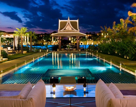 Koh Kaew, Thailand: Waterfront Royal Villa - swimming pool at night