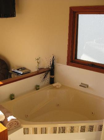 Cape Byron Retreat: spa bath
