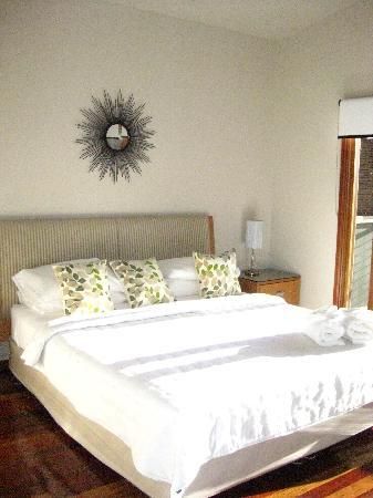 Cape Byron Retreat: king bed