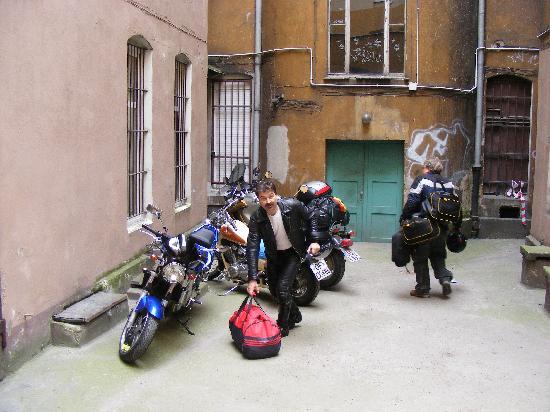 Hotel Duet: Parkplatz der Motorräder