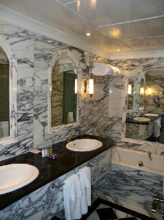 The Regency Hotel Kuwait: bathroom