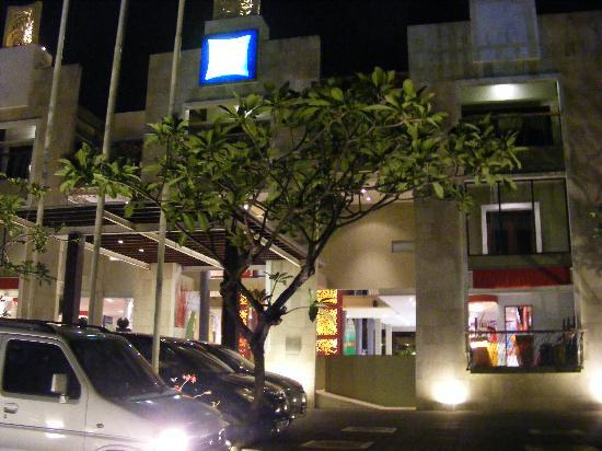 All Seasons Legian Bali: Hotel at night