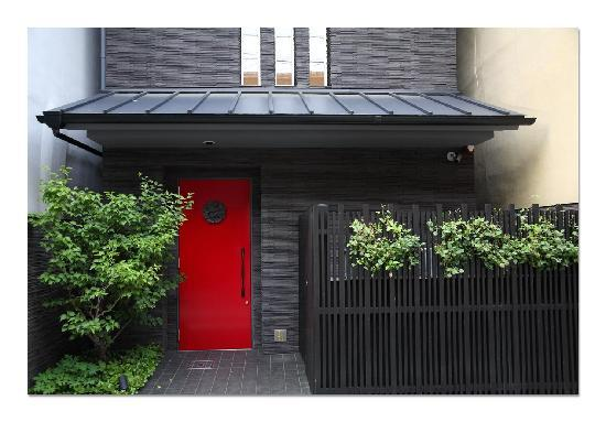 Hotel Mume: Red front door