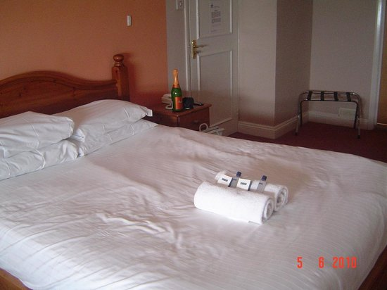 Amsterdam Hotel Brighton: clean and tidy with toiletries and towels presented niceloy on the bed!
