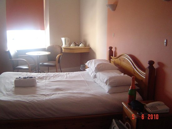 Amsterdam Hotel Brighton: room was spacious with a comfy bed and small table and 2 chairs by window!