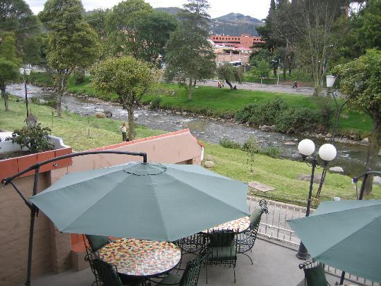Hostal Villa Nova Inn: View of the Rio Tomebamba from the patio