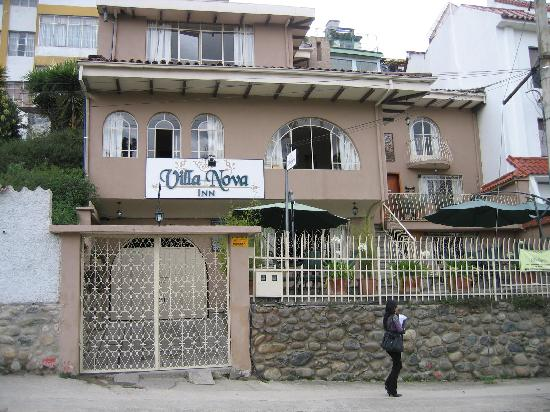 Hostal Villa Nova Inn: Villa Nova Inn as seen from the river banks