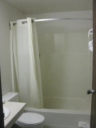 Super 8 Missoula/Brooks Street: Bathroom
