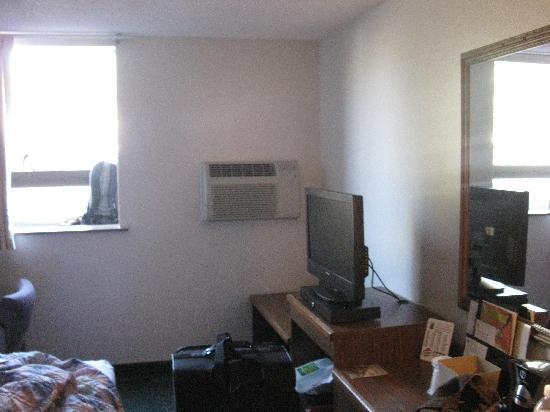 Super 8 Missoula/Brooks Street: TV and window