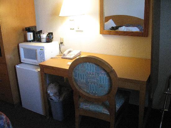 Quality Inn: Desk/Microwave/Fridge