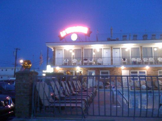 Le Voyageur Motel: LeVoyageur neon sign
