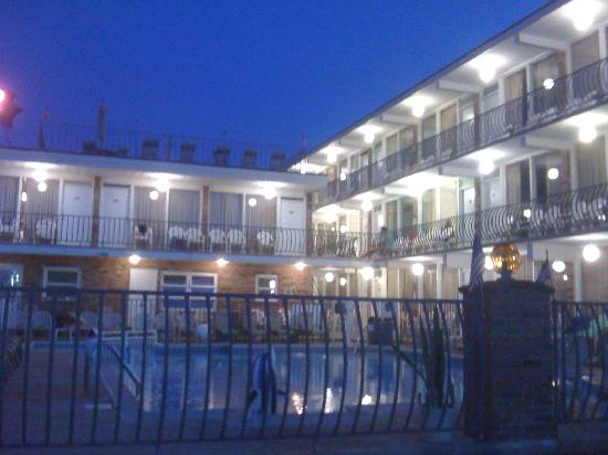 Le Voyageur Motel: poolside photo
