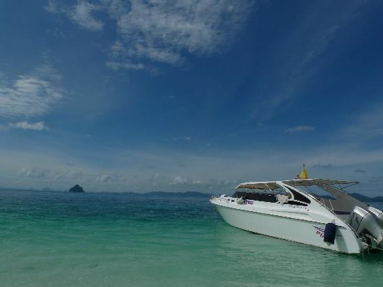 JC Tours: Speedboat at Khai Island
