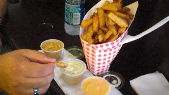 Pommes Frites : large 3-sauce combo
