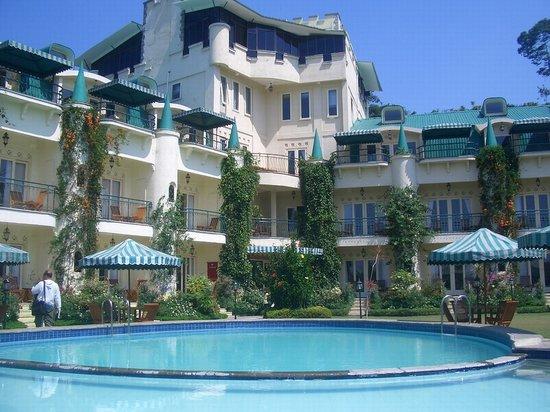 Club Bali Suites Kota Bunga : Swimming Pool and Hotel Gardens