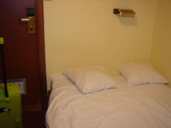Loginn Hotel: porta ad un centimetro dal letto...