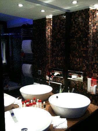 Salle de bain picture of hotel le lana courchevel for Salle de bain hotel