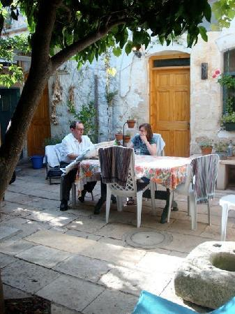 Simcha Leah's Bed and Breakfast: Private courtyard outside room