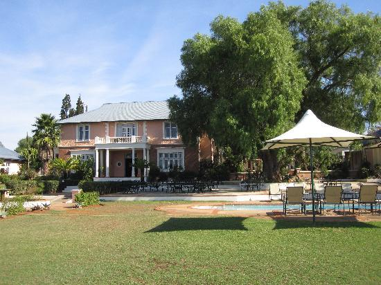 Shamwari Game Reserve Lodges: That lawn and the lovely Pepper tree