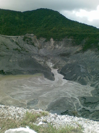 Lembang, Indonesien: The crater of Tangkuban Parahu Mountain with sulphuric smoke out of its surface