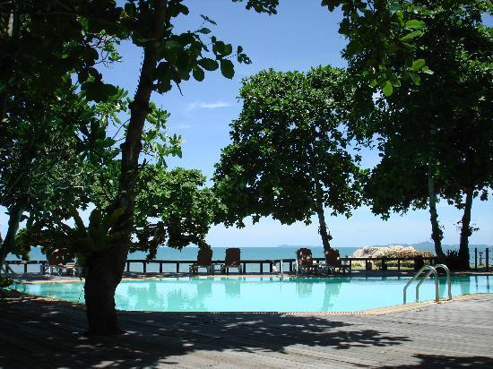 The Sunset Village Beach Resort: Pool next to restaurant